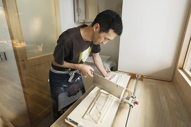 うどんを打つ行程をはじめ、調理はすべて岩坂さんが一人で担当する