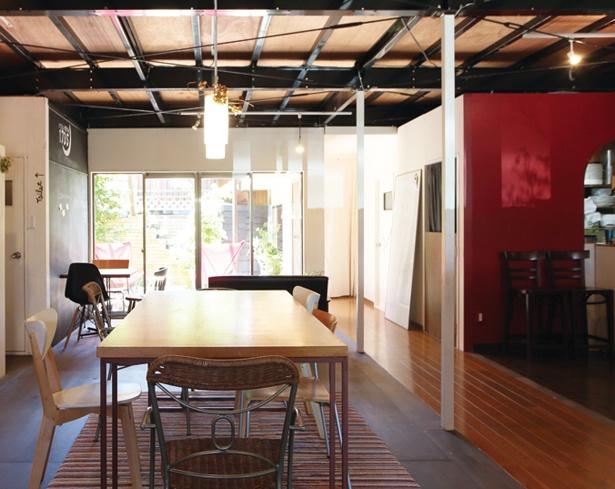 内装はすべて館主夫妻がリノベーション。テラス席もあり、ゆったりとくつろげる