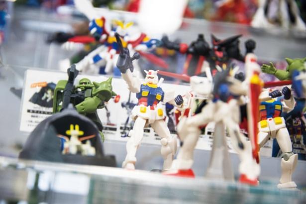 ガンダムなどの人気キャラクターをはじめ、今は手に入らない過去のガチャ玩具も多数展示