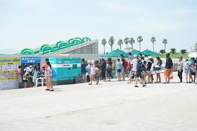 「ラグーナビーチ」の入口で「海上ウォーターパーク」の予約を受け付ける。なお、利用には規約への同意書が必要だ