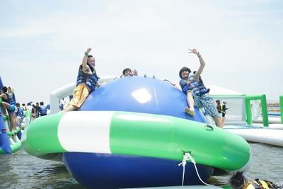 海に浮かぶ球体のエア遊具では不規則な動きが楽しめる