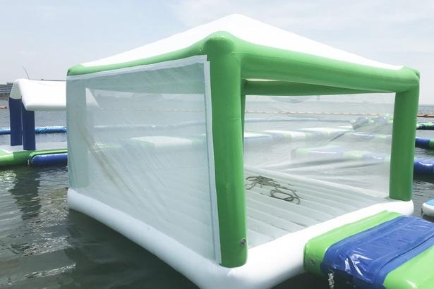 「海上ウォーターパーク」には休憩ができるテント型スペースも