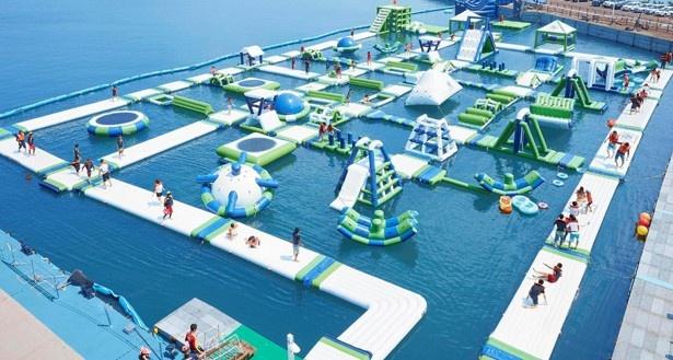 今夏のラグーナの目玉アトラクション「海上ウォーターパーク」。その広さは60m×40mの国内最大級!