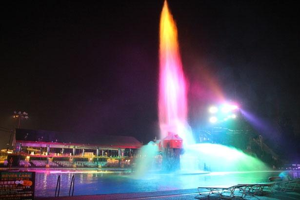 バッシャハウスで実施されるショーの様子。ダイナミックな水しぶきでナイアガラの滝をイメージしている