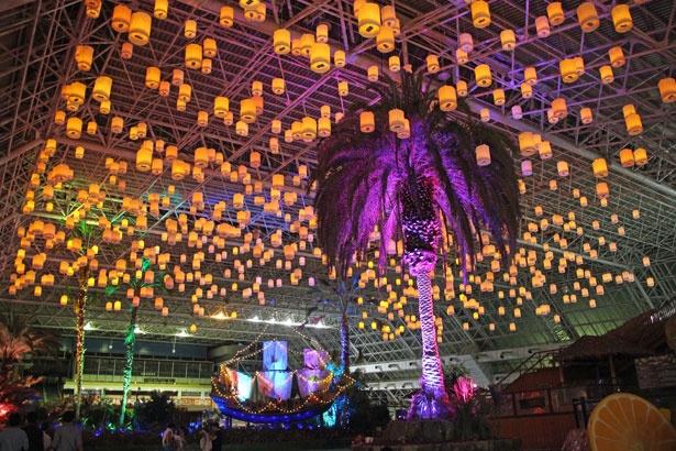 約800個ものランタンを天井に吊るし、タイの「コムローイ祭り」をイメージ!パワーアップした海賊船のイルミネーションにも注目を
