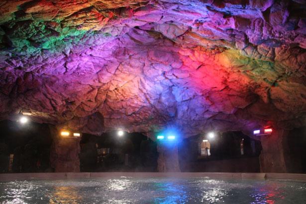 ゴツゴツとした岩のような天井を、鮮やかな光が染め上げる。ロシアの「氷の洞窟」を想像しながら、冷えた体を温めよう