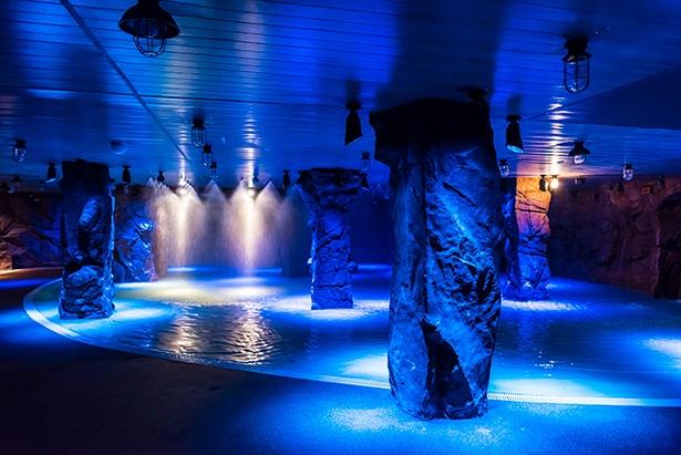 青の照明が神秘的な雰囲気をつくり出す、湯遊大洞窟
