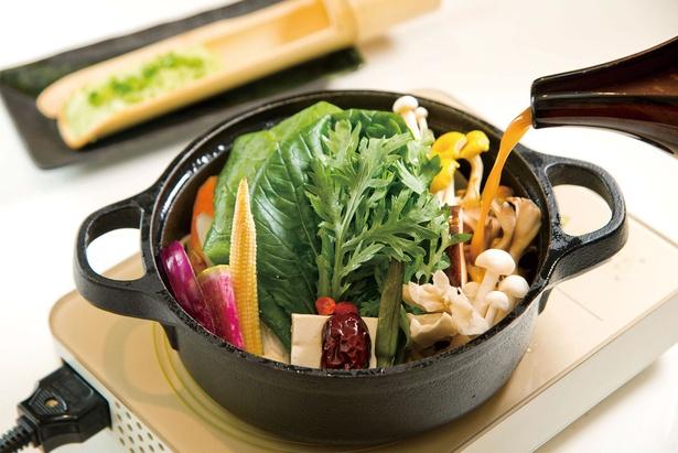 【写真を見る】ランチ限定の鍋御膳(1,728円)は、薬膳スープがベース。新鮮野菜と肉もたっぷり!