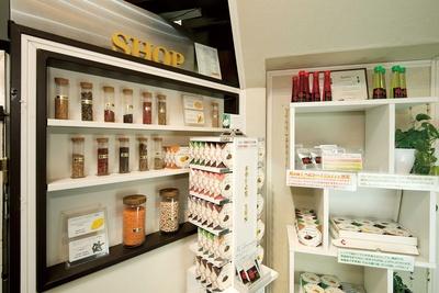 エントランスでは、オリジナルスパイスやカレーなどが販売されている