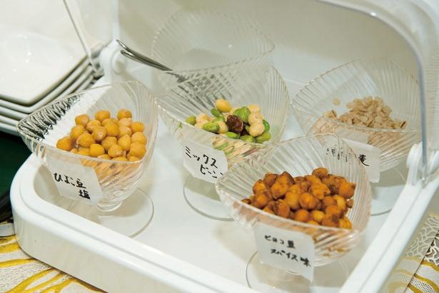 ランチは、セルフサービスで数種類の豆が楽しめる