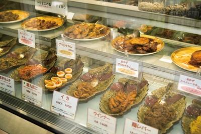 店頭のショーケース内には、スリランカのスパイスを使用したデリが並ぶ