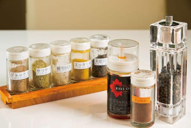 テーブルには、効能に合わせたスパイスのほかにオリジナルのチリパウダー、ラビオイル、ブラックペッパーが置かれている