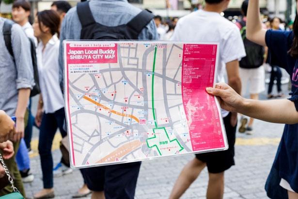 看板の裏にある渋谷周辺の地図に「よく聞かれる場所」「案内するうえで目印になる場所」が記されているので、渋谷の街に慣れていない人でも安心!