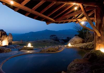 【写真を見る】風呂はホテル棟の天然温泉へ。開放的な露天で旅の疲れを癒して