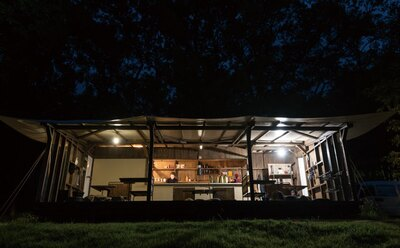 「グリーンテラス」は、宿泊者共有のスペース。屋根付きなので雨天でも安心だ。ワインや日本酒などのドリンク(有料)も注文可能