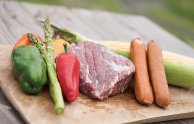 あか牛とソーセージ、新鮮な野菜はグリルで