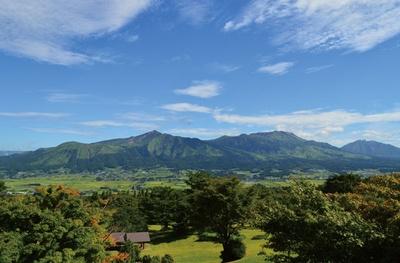 阿蘇五岳を一望。春はサクラ、秋は雲海も