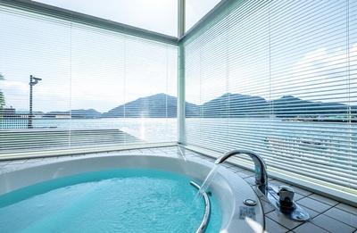 ガラス張りでオーシャンビューの浴室も完備