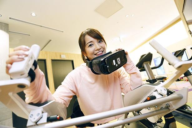 """「VRゲームの経験はありますが、VRとエクササイズの""""相互乗り入れ""""は初体験です!」(久野アナ)。VRゴーグルをつけて、いざ!"""