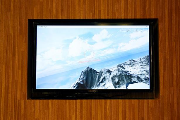 """VR空間で空を飛びながらチェックポイントのサークルを通過するゲーム。「スイスで""""乗り鉄""""をした時に見た風景に似ていますね。楽しい!」(久野アナ)"""