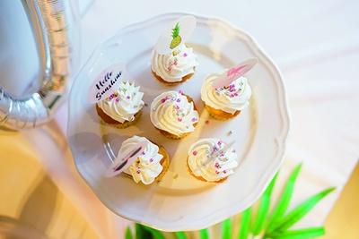 ディスプレイ用にテーブルが華やかになるカップケーキも用意。市販の生クリームホイップを絞るだけでぐっと華やかに