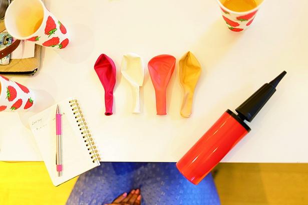 バルーンガーランド作りに挑戦!パーティー用の厚めの生地の風船を使用すると装飾しやすい。空気入れなどは100円ショップでも購入可能