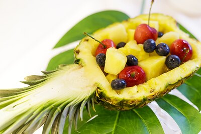 パイナップルの中身をくり抜いて、中にフルーツを飾り付ければとってもゴージャスなフルーツの盛り合わせに