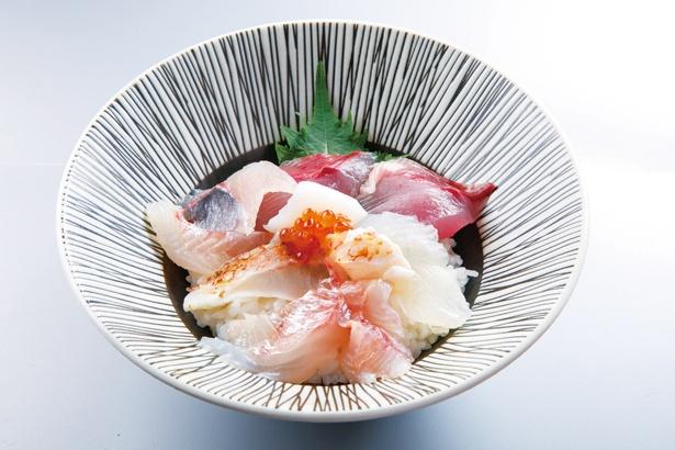 「志摩の旬魚の海鮮丼」(1500円)は8種類ほどの魚介がのる数量限定のランチメニュー。内容は仕入れによって異なり、写真はキツネガツオ、ヒラメ、鯛など