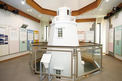 明治初期に建てられた木造灯台の、3分の1スケールのジオラマが見どころの1つ