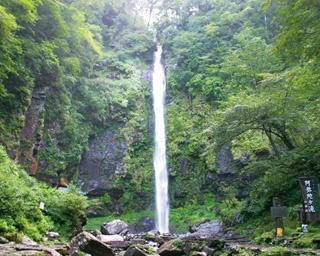 がんだて公園から10分ほどで到着する三ツ滝。上段、中段、下段の3つの滝がある