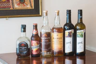 インドのお酒も種類豊富。左からラム「オールドモンク」(600円)、ビール「ゴッドファーザースーパーストロング」(600円)、ウイスキー「アムルット フュージョン」(700円)など