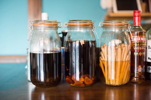 自家製スパイスリキュール。左から「カルダモンコーヒー焼酎」、「アッサムティージンジャーラム」、「レモングラスのスパイシーウォッカ」