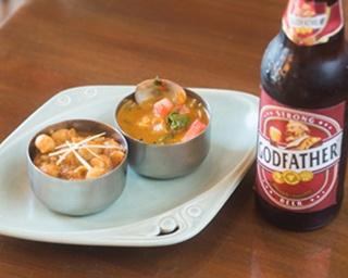 左は「チャナマサラ」(Sサイズ・380円)、右は期間限定の一例「あさり&わさび菜」(Sサイズ・490円)。インドビールは「ゴッドファーザースーパーストロング」(600円)