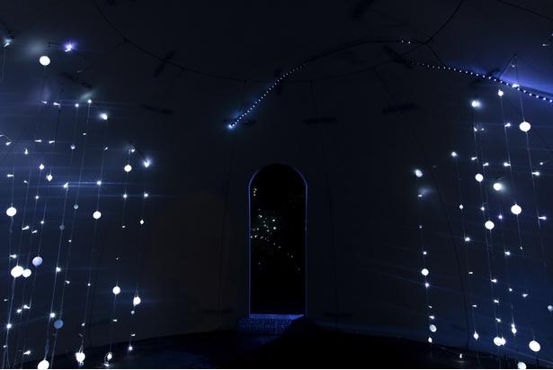 エントランスのドーム内に流れ星がきらめき、期待が高まる!