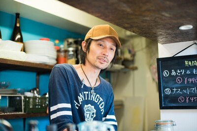 店主の飯塚俊太郎さん。夏はトウモロコシやスモモなど、今後も季節の新メニューを随時考案していくそう
