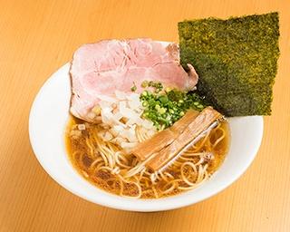 「旨味だし淡麗中華そば(醬油)」(780円)。鶏清湯に2種の煮干しやアサリなどの魚介系を合わせている。キリっとした醬油ダレは黒トリュフのソースが隠し味