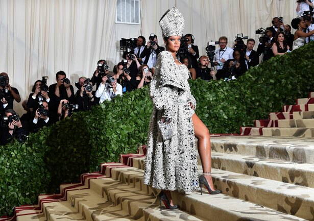 メットガラ2018では、教皇のようなファッションを披露