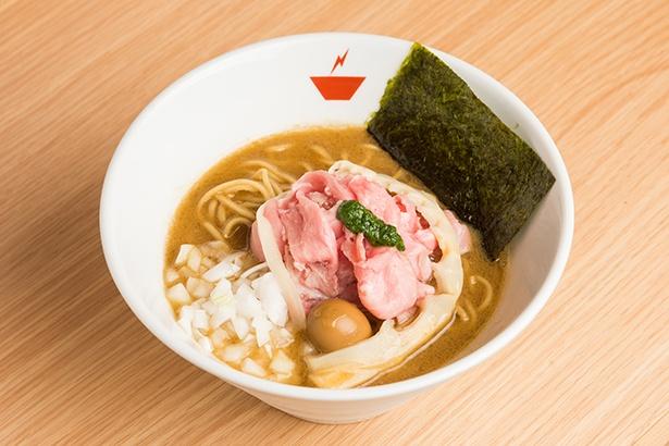 「蟹そば」(850円)。豚骨とワタリガニの旨味があふれ出した超濃厚スープ。チャーシューの上にのったホウレン草のペーストがアクセントに
