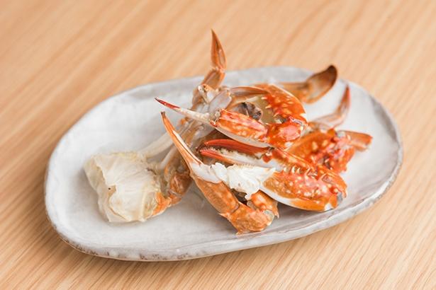 【写真を見る】ワタリガニはツメとウデのほか、味噌も使用。スープ5kgに対して、2kgものカニを合わせ、贅沢にダシを取っている