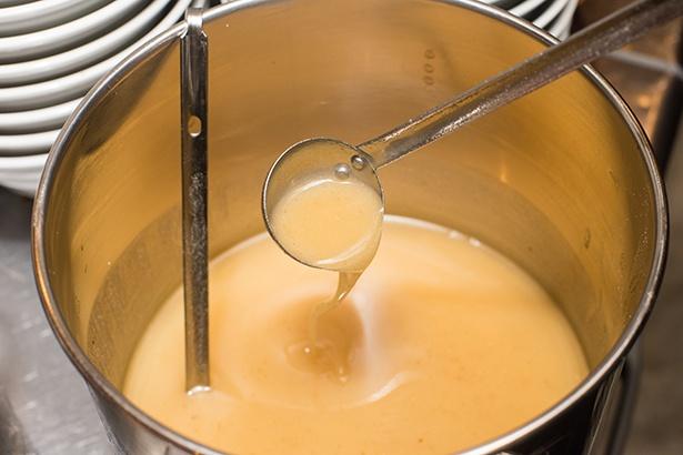 カニ豚骨スープに豊かな風味とコクをプラスするのが自家製カニ油。ワタリガニの旨味がギュッと詰まっている