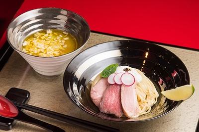 """「特製つけ麺」(1,200円)。""""特製""""のネーミングが付いているがこれが基本のメニュー。低温調理した牛・豚・鴨の3種のチャーシューがのる"""