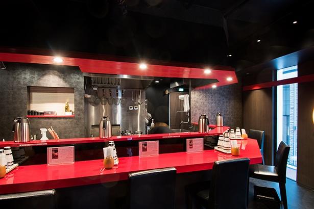 銀座松屋通り沿いに建つ飲食ビル「HOLON GINZA」の2F。店内はカウンター6席のみ。赤と黒を基調としたシックなデザインで高級感あふれる