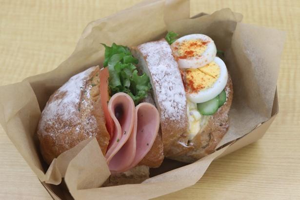 コシヒカリ玄米が使われた「玄米ロールサンドイッチ」(400円)