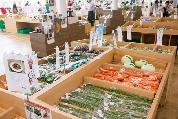 地元産の野菜がたくさん。生産者の情報もディスプレイされているので安心