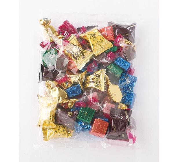 さまざまな味や形のチョコレートがたっぷり入った徳用チョコ詰め合わせ(300円)