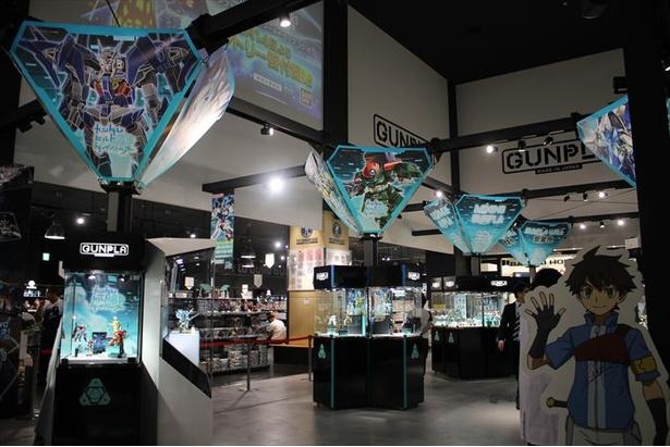 「THE GUNDAM BASE TOKYO」では「ガンダムビルドダイバーズ」シリーズの新商品の初展示や1周年記念の限定ガンプラの販売などが行われる