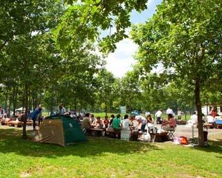 洗い場や丸太イスを備えた炊事広場。炊事道具や食材は売店で購入可能