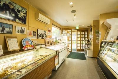 店舗入口には「夢民舎」のチーズなどの販売コーナーが