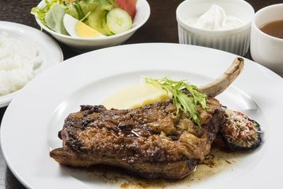 「夢民豚スペアリブのシャリアピンステーキ」(1728円)は、ライス、スープ、サラダ、ソフトクリームがセットになる