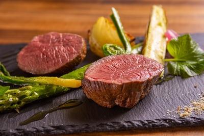 じっくりと時間をかけてオーブンで焼き上げた「仔羊のアロスト季節の野菜添え」(3024円)